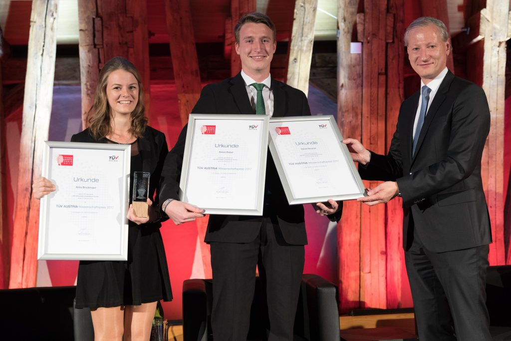 In der Kategorie ãHTL-AbschlussarbeitenÒ ging der Preis an Anna Bruckmaier, Daniel Brunner und Simon Huber von der HTL Braunau. Das Team entwickelte im Rahmen der Diplomarbeit einen intelligenten Stra§enleitpflock, der ein Plus in der Stra§ensicherheit bringt.
